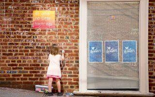 Ενα δίχρονο κορίτσι γράφει στον τοίχο στο σημείο όπου σκοτώθηκε η Χίδερ Χέιερ, στις 12 Αυγούστου 2017, στο Σάρλοτσβιλ. Πέρυσι, οι εθνικιστές διαδήλωναν κατά εκατοντάδες. Σήμερα, έχουν υποχωρήσει. Μετά τα γεγονότα, εξελέγη η πρώτη μαύρη δήμαρχος της πόλης, και μάλιστα ως ανεξάρτητη.