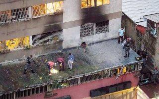 Στοιχεία από το σημείο της επίθεσης κατά του προέδρου της Βενεζουέλας, Νικολάς Μαδούρο, στο Καράκας, συλλέγουν μέλη της αστυνομίας.