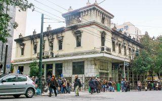 Φεβρουάριος 2012, η Αθήνα βυθίζεται ξανά στο χάος λόγω των επεισοδίων και γράφεται, μετά την 5η Μαΐου 2010 και την τραγωδία της Marfin, μία από τις πιο μαύρες σελίδες της μεταπολεμικής Αθήνας. Πυρπολείται το ιστορικό συγκρότημα που στεγάζει τους κινηματογράφους «Αττικόν» και «Απόλλων» στην οδό Σταδίου (φωτογραφία), παραδίδονται στις φλόγες 45 κτίρια –ορισμένα μεγάλης αρχιτεκτονικής αξίας– ενώ άλλα 150 υφίστανται σοβαρές φθορές. Ενα άτυπο ημερολόγιο για τις μέρες που σφράγισαν μια πολύ δύσκολη περίοδο για την πρωτεύουσα.