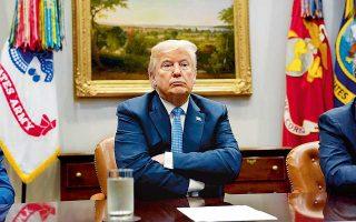 Ο Ντόναλντ Τραμπ χθες στον Λευκό Οίκο. Ο Αμερικανός πρόεδρος συνέδεσε την πολιτική επιβίωσή του με την τύχη της αμερικανικής οικονομίας, υποστηρίζοντας ότι, αν ασκηθεί εις βάρος του πρόταση μομφής, θα καταρρεύσει το χρηματιστήριο. Ο Τραμπ επιτέθηκε εκ νέου στον υπουργό Δικαιοσύνης Τζεφ Σέσιονς, τροφοδοτώντας τις φήμες ότι σχεδιάζει να τον απομακρύνει ώστε να βάλει τέλος στις έρευνες του ειδικού εισαγγελέα Μιούλερ εναντίον του. «Το υπουργείο Δικαιοσύνης δεν θα δεχθεί ανάρμοστες πολιτικές επιρροές»,απάντησε ο Σέσιονς.