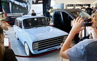 Ενα ... καλάσνικοφ απειλεί τον Ελον Μασκ, ιδρυτή της κατασκευάστριας ηλεκτρικών αυτοκινήτων Tesla. Η ρωσική εταιρεία Kalashnikov, που κατασκευάζει τα ομώνυμα όπλα, παρουσίασε ένα πρωτότυπο του ηλεκτρικού οχήματος CV-1. Μοιάζει με αυτοκίνητο του '70, αλλά με μία φόρτιση καλύπτει 350 χιλιόμετρα.