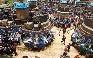Στη Wall Street κέρδη κατέγραφαν οι τέσσερις από τους 11 κύριους κλάδους του δείκτη S&P 500, με τις μετοχές των ενεργειακών εταιρειών να ενισχύονται κατά 1,17%, χάρη στην άνοδο της τιμής του πετρελαίου, λόγω πτώσης των αμερικανικών αποθεμάτων.