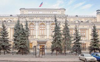 Η Τράπεζα της Ρωσίας χαρακτήρισε την πτώση του ρουβλίου «φυσική αντίδραση» στις κυρώσεις και τόνισε ότι με την επιβολή αυστηρών περιορισμών στις αγορές ξένων νομισμάτων θα αποτρέψει οποιονδήποτε κίνδυνο αποσταθεροποίησης του χρηματοπιστωτικού συστήματος της χώρας.