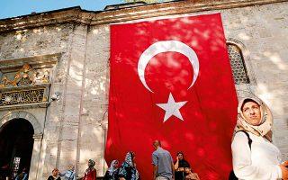 Στην Τουρκία, οι συμφωνίες για οπλικά συστήματα προχωρούν παράλληλα με τα μέτρα λιτότητας.