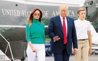 Ο πρόεδρος Τραμπ αποβιβάζεται από το ελικόπτερο «Marine One» με τη σύζυγό του Μελάνια και τον γιο τους, Μπάρον.