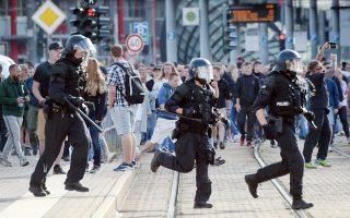 Οι δηλώσεις του εκπροσώπου της Α. Μέρκελ, Στέφεν Ζάιμπερτ έρχονται με αφορμή τις βίαιες διαδηλώσεις ομάδων της άκρας δεξιάς διαμαρτυρόμενων για τη δολοφονία ενός 35χρονου μετά από εμπλοκή του σε διαμάχη με αλλοδαπούς την Κυριακή.