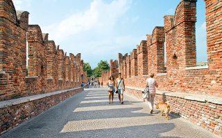 Περίπατος  στo επιβλητικό φρούριο Castelvecchio. (Φωτογραφία: © Getty Images/Ideal Image)