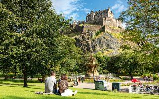 Η θέα στο κάστρο του Εδιμβούργου από το πάρκο Princes Street Gardens. (Φωτογραφία: © Getty Images/Ideal Image)