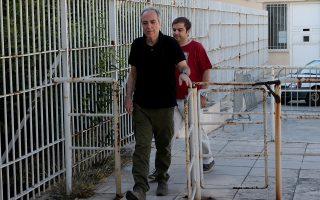 Ο Δημήτρης Κουφοντίνας συνοδευόμενος από τον γιο του Έκτορα φθάνουν στις φυλακές Κορυδαλλού , Πέμπτη 21 Ιουνίου 2018. Επέστρεψε στις φυλακές Κορυδαλλού ο Δημήτρης Κουφοντίνας μετά την τρίτη 48ωρη άδεια. ΑΠΕ-ΜΠΕ/ΑΠΕ-ΜΠΕ/Παντελής Σαίτας