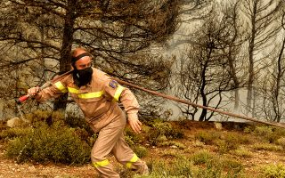 Πυροσβέστες επιχειρούν για την κατάσβεση της πυρκαγιάς στην περιοχή Βερόρι Λουτρακίου, μετά την χθεσινή πυρκαγιά στην Κιννέτα οι φλόγες πέρασαν στην κορυφή των Γερανείων και κατευθύνονται προς το Λουτράκι, την Τρίτη 24 Ιουλίου 2018. ΑΠΕ-ΜΠΕ/ΑΠΕ-ΜΠΕ/ΒΑΣΙΛΗΣ ΨΩΜΑΣ