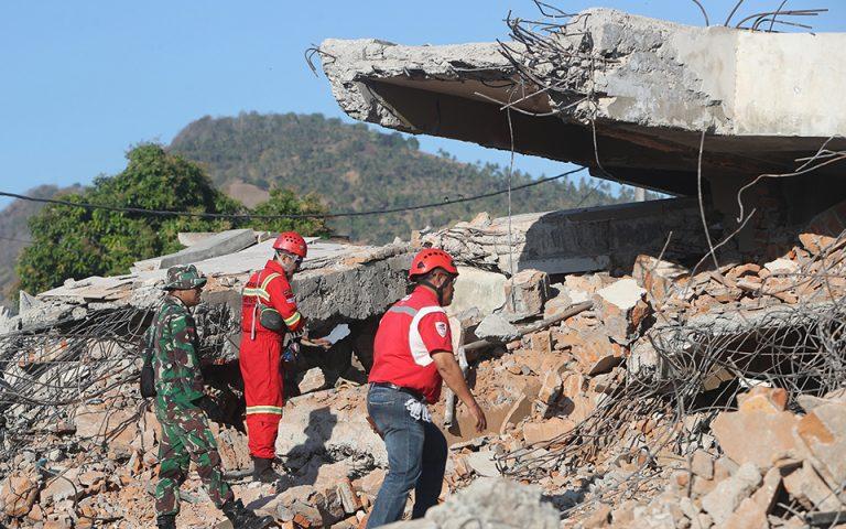 Ινδονησία: 131 οι νεκροί από τον σεισμό – 70.000 οι άστεγοι (φωτογραφίες)
