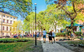 Xαλαρός περίπατος στην πλατεία Mosebacke Τοrg. (Φωτογραφία: ©VISUALHELLAS.GR)