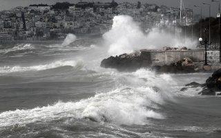 Κύματα κτυπούν την παραλίας του Φλοίσβου στο Φάληρο λόγω των δυνατών ανέμων που πνέουν σε όλη την Αττική, Παρασκευή 24 Οκτωβρίου 2014. Βροχές, καταιγίδες, χιόνια στα ορεινά, ισχυρούς ανέμους στα πελάγη και αρκετό κρύο προβλέπει η ΕΜΥ για το επόμενο τετραήμερο. ΑΠΕ-ΜΠΕ/ΑΠΕ-ΜΠΕ/ΑΛΕΞΑΝΔΡΟΣ ΒΛΑΧΟΣ
