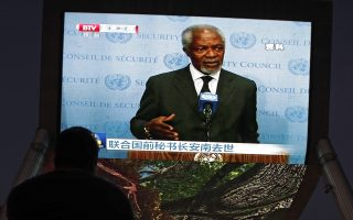 A man watches a TV screen broadcasting the evening news about the death of UN Secretary General Kofi Annan, at a shopping mall in Beijing, Saturday, Aug. 18, 2018.  Kofi Annan, one of the world's most celebrated diplomats and a charismatic symbol of the United Nations who rose through its ranks to become the first black African secretary-general, has died aged 80. (AP Photo/Andy Wong)