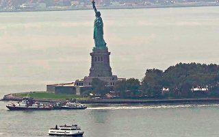Σκάφος της πυροσβεστικής πλησιάζει στο Liberty Island (AP Photo/APTN)