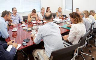 Ο πρόεδρος της Νέας Δημοκρατίας Κυριάκος Μητσοτάκης (Α)  συνομιλεί με τη συντονιστική επιτροπή κατοίκων από το Μάτι και τον Νέο Βουτζά, κατά τη διάρκεια της συνάντησής τους,  την Τρίτη 21 Αυγούστου 2018, στα κεντρικά γραφεία του κόμματος. Οι κάτοικοι των πυρόπληκτων περιοχών τον ενημέρωσαν αναλυτικά για το μέγεθος της καταστροφής και για τις μεγάλες δυσκολίες στην καθημερινότητα τους..ΑΠΕ-ΜΠΕ/ΓΡΑΦΕΙΟ ΤΥΠΟΥ ΝΔ/ΔΗΜΗΤΡΗΣ  ΠΑΠΑΜΗΤΣΟΣ