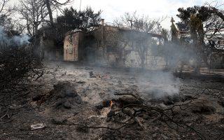 Φλόγες σιγοκαίνε έξω από καμένο σπίτι στην Αργυρά Ακτή στο Μάτι, Τρίτη 24 Ιουλίου 2018. Απανθρακωμένα πτώματα βρέθηκαν σε χωράφι,  σε απόσταση περίπου 15 μέτρων από τη θάλασσα. Στην περιοχή δεν υπάρχει ακτή αλλά βράχια, γεγονός που δείχνει ότι οι άνθρωποι που πρέπει να επιχείρησαν να βρουν διέξοδο στη θάλασσα, εγκλωβίστηκαν με αποτέλεσμα να χάσουν τη ζωή τους μέσα στις φλόγες. ΑΠΕ-ΜΠΕ/ΑΠΕ-ΜΠΕ/ΠΑΝΤΕΛΗΣ ΣΑΪΤΑΣ