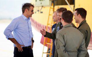 Ο πρόεδρος της Νέας Δημοκρατίας Κυριάκος Μητσοτάκης συνομιλεί με πιλότους κατά την επίσκεψή του στη βάση των πυροσβεστικών αεροσκαφών Canadair στο στρατιωτικό αεροδρόμιο της Ελευσίνας, την Τετάρτη 1 Αυγούστου 2018. Την αεροπορική βάση Ελευσίνας (112 Πτέρυγα Μάχης), όπου βρίσκεται η βάση των πυροσβεστικών αεροσκαφών Canadair (Καναντέρ) επισκέφθηκε ο πρόεδρος της Νέας Δημοκρατίας, ο οποίος και ευχαρίστησε θερμά τα μέλη του προσωπικού για τον αγώνα που δίνουν.    Ο Κ. Μητσοτάκης συναντήθηκε με το διοικητή, Ταξίαρχο Κυριάκο Παναγιωτόπουλο, και στη συνέχεια επισκέφθηκε την 355 Μοίρα Τακτικών Μεταφορών, όπου και συναντήθηκε με τους πιλότους των πυροσβεστικών αεροσκαφών CL-415 και CL-215, οι οποίοι επιχειρούσαν στις πρόσφατες πυρκαγιές στην Κινέτα και την Πεντέλη.  ΑΠΕ-ΜΠΕ/ΓΡΑΦΕΙΟ ΤΥΠΟΥ ΝΔ/ΔΗΜΗΤΡΗΣ  ΠΑΠΑΜΗΤΣΟΣ