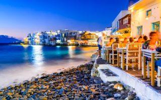 Το Νησί των Ανέμων, η τουριστική «βιτρίνα» της χώρας, διανύει δύσκολο καλοκαίρι, ταλαιπωρώντας τους επισκέπτες.