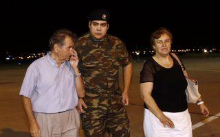 Οι γονείς του λοχία Δημήτριου Κούκλατζη, τον υποδέχονται την Τετάρτη 15 Αυγούστου 2018, στο αεροδρόμιο Θεσσαλονίκης. Τους δύο στρατιωτικούς παρέλαβαν από την Τουρκία ο όπου με το πρωθυπουργικό αεροσκάφος μεταφέρθηκαν στη Θεσσαλονίκη μετά τη χωρίς περιοριστικούς όρους απελευθέρωσή τους από τις φυλακές της Αδριανούπολης, όπου κρατούνταν από τον περασμένο Μάρτιο, καθώς είχαν συλληφθεί σε απαγορευμένη στρατιωτική περιοχή στις Καστανιές του Έβρου. Το δικαστήριο που εξέτασε το αίτημα για την αποφυλάκισή τους, παραμονή Δεκαπενταύγουστου απεφάνθη ότι δεν συντρέχουν λόγοι να παραμείνουν προφυλακιστέοι. Οι δύο Έλληνες στρατιωτικοί, στελέχη της 3ης Μηχανοκίνητης Ορεινής Ταξιαρχίας «Ρίμινι» είχαν συληφθεί από τους «Αετούς των Συνόρων», μονάδα που υπάγεται στην 54η Μηχανοκίνητη Ταξιαρχία του τουρκικού στρατού. ΑΠΕ-ΜΠΕ/ΑΠΕ-ΜΠΕ/ΑΛΕΞΑΝΔΡΟΣ ΒΛΑΧΟΣ