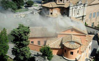 Η εκκλησία του Αγίου Ιωσήφ του Ξυλουργού χτίστηκε τον 16ο αιώνα πάνω στην αρχαία φυλακή του Μαμερτίνου. Εκεί λέγεται ότι είχαν κρατηθεί ο ηττημένος Γαλάτης αρχηγός Βερκιγγετόριξ και οι Απόστολοι Πέτρος και Παύλος. (Φωτογραφίες: REUTERS/Alessandro Bianchi)