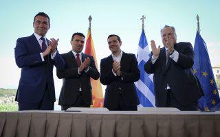 """Ο υπουργός Εξωτερικών της ΠΓΔΜ, Νίκολα Ντιμιτρόφ (Α), ο πρωθυπουργός της ΠΓΔΜ, Ζόραν Ζάεφ (2Α), ο πρωθυπουργός της Ελλάδος, Αλέξης Τσίπρας (2Δ) και ο υπουργός Εξωτερικών της Ελλάδος, Νίκος Κοτζιάς (Δ), χειροκροτούν κατά την τελετή υπογραφής συμφωνίας μεταξύ Ελλάδος και ΠΓΔΜ για το ονοματολογικό της ΠΓΔΜ, στους Ψαράδες Πρεσπών, Φλώρινα, Κυριακή 17 Ιουνίου 2018. Η συμφωνία αποτελεί προϊόν μίας πολύμηνης διαπραγμάτευσης μεταξύ των δύο χωρών και κατέληξε στο όνομα """"Βόρεια Μακεδονία"""" ή """"Severna Makedonja"""". ΑΠΕ-ΜΠΕ/Γραφείο Τύπου Πρωθυπουργού/Andrea Bonetti"""