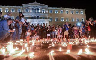 Φωτογραφία από τη σιωπηλή συγκέντρωση στο Σύνταγμα στη μνήμη των νεκρών  από τη πυρκαγιά στην Ανατολική Αττική.