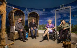Ενας ασθενής απολαμβάνει τους ήχους του ωκεανού μέσα από κοχύλι, σε ένα «δωμάτιο παραλίας» σε δομή στο Χάαρλεμ της Ολλανδίας.