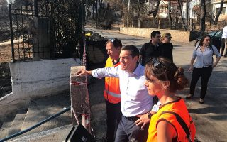 (Ξένη Δημοσίευση). Ο πρωθυπουργός Αλέξης Τσίπρας επισκέπτεται τις πληγείσες περιοχές από τις πυγκαγιές,στο Μάτι,  Δευτέρα 30 Ιουλίου 2018.Όπως αναφέρει το γραφείο Τύπου του πρωθυπουργού επισκέφτηκε την Αργυρή Ακτή, το Ρέμα στο Κόκκινο Λιμανάκι, αλλά και το Συντονιστικό Κέντρο της Πυροσβεστικής και του Στρατού στο Λεωφορείο Όλυμπος.Κατά τη διάρκεια της επίσκεψης, ο πρωθυπουργός συνομίλησε με πολίτες, πυροσβέστες και στρατιώτες, ενώ ενημερώθηκε για την κατάσταση από τον υπαρχηγό της Πυροσβεστικής, κ. Αναγνωστάκη, αλλά και τους μηχανικούς του υπουργείου Υποδομών, που βρίσκονται στο πεδίο. ΑΠΕ-ΜΠΕ/ΓΡΑΦΕΙΟ ΤΥΠΟΥ ΠΡΩΘΥΠΟΥΡΓΟΥ/STR