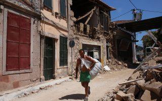 Κάτοικος του χωριού Βρίσα μεταφέρει τα λιγοστά υπάρχοντα του μέσα από τα ερείπια των σπιτιών τους που καταστράφηκαν εξαιτίας του καταστροφικού σεισμού, Βρίσα, Μυτιλήνη, Τρίτη 13 Ιουνίου 2017. Το 80% των σπιτιών της Βρίσας έχει καταστραφεί ολοκληρωτικά.   ΑΠΕ-ΜΠΕ/ΑΠΕ-ΜΠΕ/ΟΡΕΣΤΗΣ ΠΑΝΑΓΙΩΤΟΥ