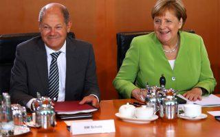 Η Γερμανίδα καγκελάριος Αγκελα Μέρκελ και ο υπουργός Οικονομικών και αντικαγκελάριος Ολαφ Σολτς στο Βερολίνο.