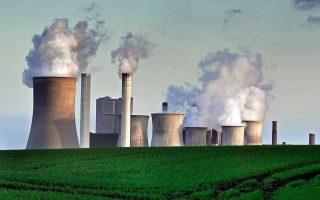 Ατμός εξέρχεται από τον πύργο ψύξης του πυρηνικού εργοστασίου του Μπεργκχάιμ στη Γερμανία.