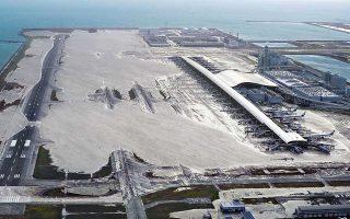 Το διεθνές αεροδρόμιο του Κανσάι, της δυτικής Ιαπωνίας, μοιάζει με υποθαλάσσιο πάρκο μετά το χτύπημα του πανίσχυρου τυφώνα, του σφοδρότερου των τελευταίων 25 ετών. Η θεομηνία προκάλεσε καταρρακτώδεις βροχοπτώσεις και πλημμύρες στην επαρχία της Οζάκα, με αποτέλεσμα τουλάχιστον εννέα νεκρούς και εκατοντάδες τραυματίες. Μικρό δεξαμενόπλοιο έσπασε τους κάβους του στο λιμάνι της δεύτερης σε μέγεθος πόλης της Ιαπωνίας και προσέκρουσε σε γέφυρα, ενώ τα Universal Studios και το αμερικανικό προξενείο της Οζάκα παρέμειναν κλειστά.