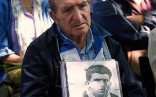 Ενας άνδρας με τη φωτογραφία θύματος του Φράνκο ανά χείρας συμμετέχει σε παλιότερη εκδήλωση μνήμης στη Μαδρίτη.