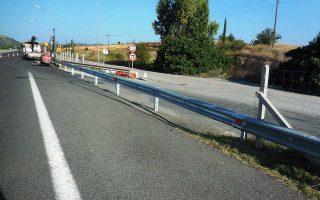 Συνεργεία της Νέας Οδού επανατοποθέτησαν χθες τα στηθαία στο 90ό χλμ. της εθνικής οδού Αθηνών - Λαμίας, τα οποία είχε αφαιρέσει το καλοκαίρι του 2015 ο τότε υπουργός Υποδομών Χρήστος Σπίρτζης.