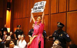 Μία ακόμη διαδηλώτρια λίγο πριν η αστυνομία την απομακρύνει από την αίθουσα της Γερουσίας με αστυνομική παρέμβαση.