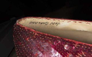 Το όνομα της Τζούντι Γκάρλαντ, πρωταγωνίστριας του μιούζικαλ «Ο Μάγος του Οζ», διακρίνεται στο εσωτερικό των παπουτσιών, που παρουσίασε το FBI.