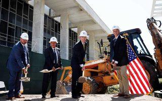 O πρέσβης των ΗΠΑ Τζ. Πάιατ, ο δήμαρχος Αθηναίων Γ. Καμίνης και εκπρόσωποι της αμερικανικής κατασκευαστικής εταιρείας στη χθεσινή τελετή.