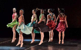 Στο «Bastet» το γυναικείο σώμα παρουσιάζεται στη σκηνή απελευθερωμένο και δυναμικό.