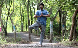 Ινδός ετοιμάζεται για την παγκόσμια ημέρα γιόγκα στην πόλη Μποπάλ. Η γιόγκα και άλλες μορφές γυμναστικής μπορούν να προλάβουν επικίνδυνα νοσήματα.