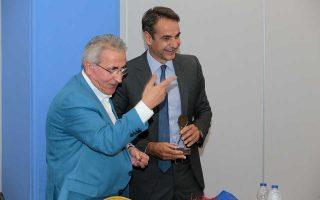 Ο Κυρ. Μητσοτάκης με τον πρόεδρο της ΓΣΕΕ Γ. Παναγόπουλο, κατά τη διάρκεια της συνάντησης που είχε χθες με εκπροσώπους των κοινωνικών εταίρων στην Πειραιώς.