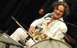 O Γκόραν Μπρέγκοβιτς με την αγαπημένη του ηλεκτρική κιθάρα ανά χείρας.