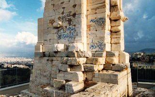 Τα γκράφιτι στο μνημείο του Φιλοπάππου σβήστηκαν χάρη στην ειδίκευση των συντηρητών αρχαιοτήτων.