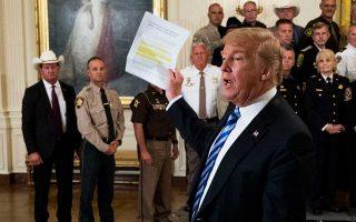 Τρικυμία προκάλεσε στον Λευκό Οίκο άρθρο-βόμβα ανώνυμου κρατικού αξιωματούχου στους New York Times, που έκανε λόγο για «σιωπηρή αντίσταση» μελών της κυβέρνησης απέναντι στον Ντόναλντ Τραμπ. Εξοργισμένος ο Αμερικανός πρόεδρος μίλησε για «προδοσία» και ζήτησε την αποκάλυψη του δράστη για λόγους εθνικής ασφαλείας. Ο αντιπρόεδρος Μάικ Πενς και οι υπουργοί Εξωτερικών και Αμυνας, Μάικ Πομπέο και Τζιμ Μάτις, δήλωσαν ότι δεν έχουν καμία ανάμειξη. Στη φωτογραφία, ο πρόεδρος Τραμπ τοποθετείται για το επίμαχο δημοσίευμα, στη διάρκεια συνάντησής του με αστυνομικούς διευθυντές στον Λευκό Οίκο.