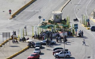 Στιγμιότυπο από τη χθεσινή κινητοποίηση στον Σταθμό Εμπορευματοκιβωτίων Πειραιά. Ανάλογα προβλήματα είχαν σημειωθεί και στις αρχές Ιουνίου, πάλι με τους ίδιους πρωταγωνιστές.
