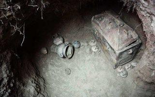 Εντυπωσιακά ψηφιδωτά, ασύλητοι τάφοι, ανθρώπινα κατάλοιπα, χρυσά κοσμήματα, χάλκινα όπλα και σφραγιδόλιθοι είναι ορισμένα από τα ευρήματα των ανασκαφών του φετινού καλοκαιριού σε διάφορα μέρη της Ελλάδας. Από την Αρτα μέχρι την Κρήτη και από την Ολυμπία έως τη Σίκινο και την Αντίπαρο. Το μεγάλο αφήγημα της Ιστορίας εμπλουτίζεται. Στη φωτογραφία, τάφος της υστερομινωικής περιόδου που ανακαλύφθηκε στην Ιεράπετρα. Σελ. 14