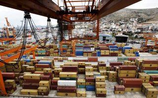 Παρά την ενίσχυση των ελληνικών εξαγωγών, υπάρχει προβληματισμός, λόγω, του αργού ρυθμού συρρίκνωσης του εμπορικού ελλείμματος.