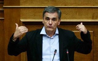 Η κυβέρνηση δεν έχει σκοπό να προχωρήσει σε γενικότερο «ξήλωμα του πουλόβερ», τόνισαν Ελληνες αξιωματούχοι. Στη φωτογραφία, ο υπουργός Οικονομικών Ευκλ. Τσακαλώτος.