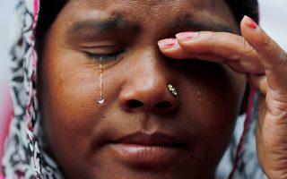 Διαμάντι. Ενα ολοκάθαρο, κρυστάλλινο δάκρυ τρέχει στο μάγουλο της χήρας. Ο σύζυγός της έχασε την ζωή του καθαρίζοντας τις αποχετεύσεις στο Νέο Δελχί -ένας από τους πολλούς- και η γυναίκα του μαζί με άλλους, συμμετέχουν σε  διαδήλωση για τον άδικο χαμό των εργατών της καθαριότητας. REUTERS/Adnan Abidi