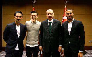 Η φωτογράφιση του Οζίλ και του Γκουντογκάν με τον Ερντογάν τον περασμένο Μάιο και οι δηλώσεις του άσου της Αρσεναλ μετά τον αποκλεισμό της Γερμανίας σχετικά με τον ρατσισμό εντός της ομάδας συντηρούν μέχρι σήμερα ένα κακό κλίμα στη «νασιοναλμάνσαφτ», το οποίο έχει περάσει την πόρτα της Εθνικής.